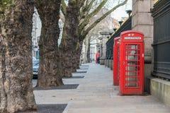 Londres, Reino Unido, el 17 de febrero de 2018: Cabina de teléfonos roja tradicional de Londres fotos de archivo