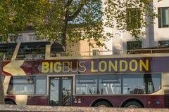 Londres, Reino Unido, el 17 de febrero de 2018: Visita turística grande de la empresa de autobuses cerca de la abadía de Westmins Imagenes de archivo