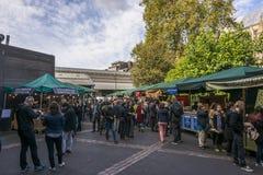 Londres, Reino Unido, el 10 de octubre: Mercado apretado de la ciudad foto de archivo