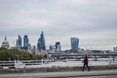 Londres, Reino Unido, el 26 de septiembre de 2014, la muchacha está caminando abajo del str imágenes de archivo libres de regalías