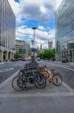 Londres, Reino Unido - em junho de 2017: Bicicletas estacionadas no meio de Holborn alto, Londres Foto de Stock