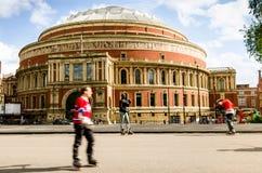 Londres, Reino Unido - em junho de 2014: Os homens jogam o hóquei na frente de Albert Hall real, Londres da rua Fotografia de Stock