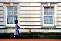 Londres, Reino Unido - enero de 2014: cambio del guardia al palacio real Imágenes de archivo libres de regalías