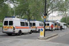 Londres/Reino Unido - 16/06/2012 - furgonetas de policía metropolitanas británicas en una línea Fotografía de archivo libre de regalías