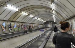 Londres, Reino Unido, junio de 2018 Las escaleras m?viles subterr?neos de Londres foto de archivo libre de regalías