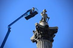 Londres, Reino Unido 19 04 2016 La estatua de Nelson en Trafalgar Square escudriñó para la renovación fotos de archivo