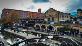 Londres, Reino Unido - lapso de tiempo del mercado de la ciudad de FEBRERO Camden con el barco almacen de metraje de vídeo