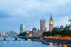 30 07 2015, LONDRES, Reino Unido, Londres no alvorecer Vista da ponte dourada do jubileu fotografia de stock royalty free