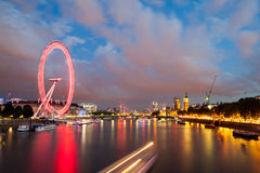 30 07 2015, LONDRES, Reino Unido, Londres no alvorecer Vista da ponte dourada do jubileu Fotos de Stock Royalty Free