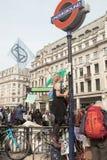 Londres, Reino Unido, o 17 de abril de 2019 - ondas fêmeas novas do protestador das alterações climáticas uma bandeira da rebeliã foto de stock