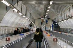 Londres, Reino Unido, o 17 de fevereiro de 2018: Escadas rolantes da estação subterrânea de Londres Imagens de Stock