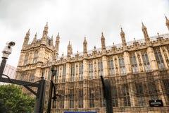 LONDRES, Reino Unido - o palácio de Westminster e Big Ben elevam-se Fotos de Stock