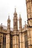 LONDRES, Reino Unido - o palácio de Westminster e Big Ben elevam-se Foto de Stock