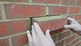 Londres Reino Unido 18/10/2017 Um reparo do pedreiro um tijolo novo na parede de uma casa nova Fotografia de Stock
