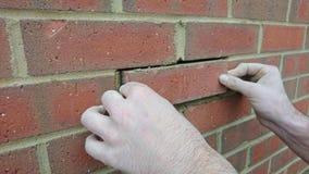 Londres Reino Unido 18/10/2017 Um reparo do pedreiro um tijolo novo na parede de uma casa nova Foto de Stock Royalty Free