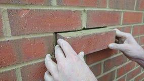 Londres Reino Unido 18/10/2017 Um reparo do pedreiro um tijolo novo na parede de uma casa nova Fotografia de Stock Royalty Free