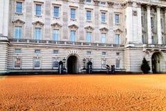 Londres, Royaume-Uni - 12/19/2017 : Gardes marchant pour les au sol de Buckingham Palace Photo libre de droits