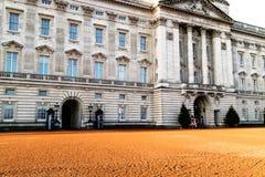 Londres, Royaume-Uni - 12/19/2017 : Gardes marchant pour les au sol de Buckingham Palace Image stock