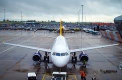 LONDRES, ROYAUME-UNI - 10 mars 2015 : L'avion des lignes aériennes de monarque de ravitaillement sur l'aéroport de Gatwick à Lond Photographie stock libre de droits