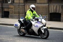 Londres/Royaume-Uni - 05/06/2012 - motocyclette métropolitaine britannique d'équitation de policier pour l'escorte officielle de  Images stock
