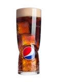 LONDRES, ROYAUME UNI 3 OCTOBRE 2016 : Grand verre original avec pepsi-cola et glaçons et mousse d'isolement sur le blanc Pepsi es Image stock