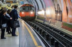 Londres subterráneo - gente que espera un tren imágenes de archivo libres de regalías