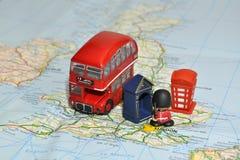 Londres sur la carte de l'Angleterre avec les souvenirs miniatures Photographie stock