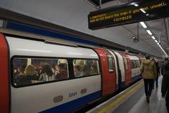 LONDRES UK-27 7 17 : Londres au fond laissant leur métro Images stock