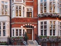 Londres, vieille maison urbaine fleurie Images stock