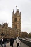 LONDRES, WESTMINSTER, Reino Unido - 5 de abril de 2014 as casas do parlamento e do parlamento elevam-se, veem-se do St de Abingon Imagens de Stock Royalty Free