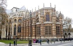LONDRES, WESTMINSTER, Reino Unido - 5 de abril de 2014 as casas do parlamento e do parlamento elevam-se, veem-se do St de Abingon Imagem de Stock