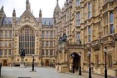 LONDRES, WESTMINSTER, Reino Unido - 5 de abril de 2014 as casas do parlamento e do parlamento elevam-se, veem-se do St de Abingon Foto de Stock