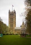 LONDRES, WESTMINSTER, Reino Unido - 5 de abril de 2014 as casas do parlamento e do parlamento elevam-se, veem-se do St de Abingon Fotos de Stock