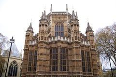 LONDRES, WESTMINSTER, Reino Unido - 5 de abril de 2014 las casas del parlamento y del parlamento se elevan, ven del St de Abingon Fotografía de archivo