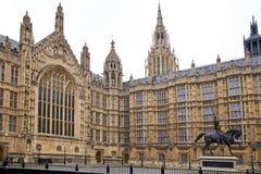 LONDRES, WESTMINSTER, Reino Unido - 5 de abril de 2014 las casas del parlamento y del parlamento se elevan, ven del St de Abingon Fotos de archivo libres de regalías