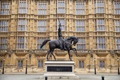 LONDRES, WESTMINSTER, Reino Unido - 5 de abril de 2014 las casas del parlamento y del parlamento se elevan, ven del St de Abingon Imagenes de archivo
