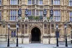 LONDRES, WESTMINSTER, Reino Unido - 5 de abril de 2014 las casas del parlamento y del parlamento se elevan, ven del St de Abingon Fotos de archivo