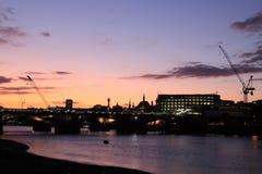 Londres y río Thames en la oscuridad imagen de archivo libre de regalías
