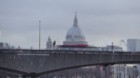 Londyńscy autobusy iść za St Paul katedrą przy świtem zbiory wideo