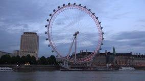 Londyński time lapse z London Eye i Turystyczny statku żeglowanie na Thames rzece zdjęcie wideo