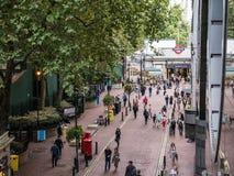 Londyńscy pedestrians na Villiers ulicie blisko Charing Emb i krzyża Obraz Royalty Free