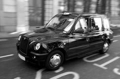 Londyńska czarna taksówka w mieście Londyński UK obraz royalty free
