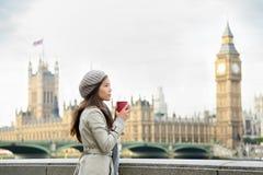 Londyńska kobieta pije kawę Westminister mostem Zdjęcie Royalty Free