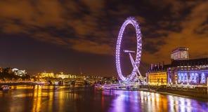 Londyńska linia horyzontu z Londyńskim Okiem przy noc. Zdjęcie Royalty Free