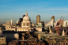 Londyńska linia horyzontu z widokiem nad St Pauls barbakanem i katedrą Obrazy Stock