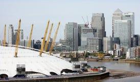 Londyńska linia horyzontu, zawiera O2 arenę, drapacze chmur w tle Obrazy Royalty Free