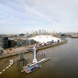 Londyńska linia horyzontu, zawiera O2 arenę, drapacze chmur w tle Obrazy Stock