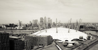 Londyńska linia horyzontu, zawiera O2 arenę, drapacze chmur w tle Zdjęcia Royalty Free
