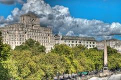 Londyńska miasto scena z Savoy hotelem i Cleopatras igłą Zdjęcie Royalty Free