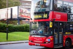 Londyńska ruch drogowy scena z ruszać się Dwoistego Decker autobus Zdjęcia Stock